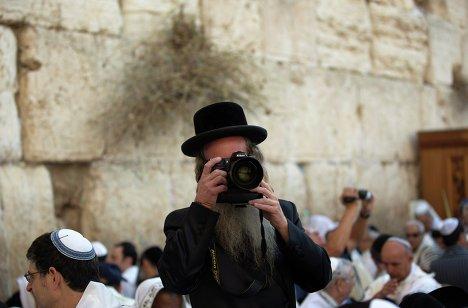 Ультра-ортодоксальный еврей во время праздника Суккот в Старом городе Иерусалима