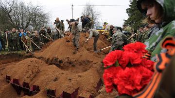 Массовые перезахоронения красноармейцев на воинском мемориале в Новгородской области