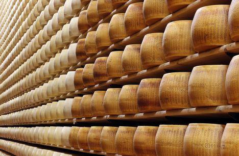 Склад сыра «Пармезан» Credito Emiliano bank в Италии