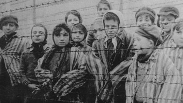 Малолетние узники немецкого концлагеря, освобождённые советскими войсками