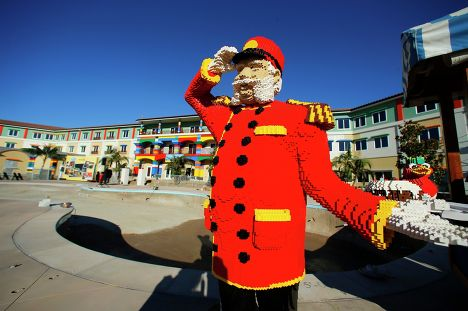 Фигура из Lego на территории отеля Lego в Карлсбаде, штат Калифорния
