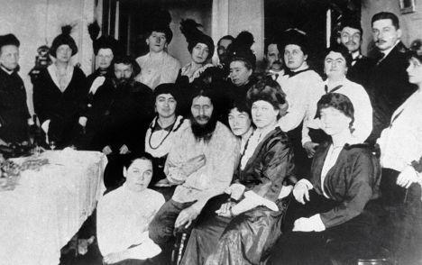 Григорий Распутин с группой придворных дам