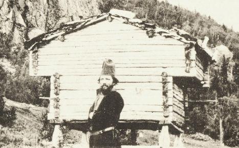 Мужчина народа саами у амбара