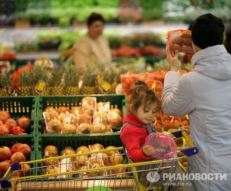 Покупатели в овощном отделе