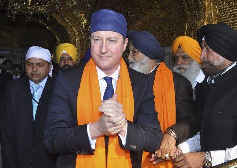 Британский премьер Дэвид Кэмерон у мемориального комплекса в Амритсаре, Индия
