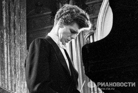 Лауреат I Международного конкурса имени П. И. Чайковского Ван Клиберн сидит за роялем