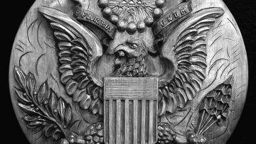 Деревянный герб США с устройством подслушивания