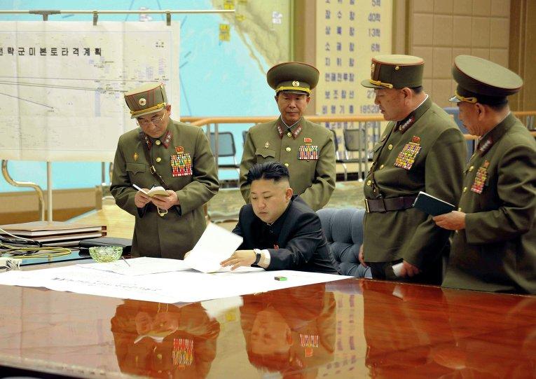 Лидер КНДР Ким Чен Ын на совещании с военными