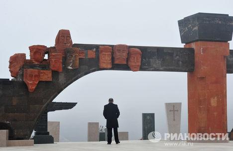 Мужчина стоит у памятника жертвам войн на братском кладбище в Степанакерте, Нагорный Карабах