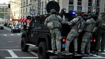 Штурмовая группа SWAT на одной из улиц Бостона