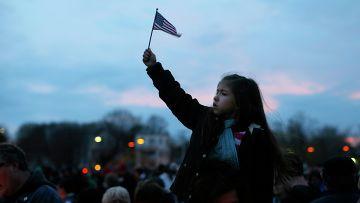 Девочка на поминальном богослужении в память погибших при взрывах в Бостоне