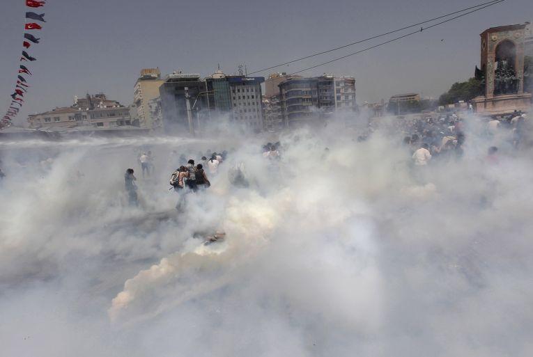 Полиция разгоняет толпу слезоточивым газом в Стамбуле, Турция
