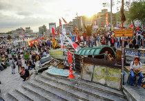 Протестующие на баррикадах на входе в парк Гези в Стамбуле