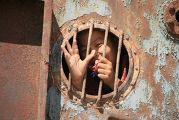Ребенок внутри корабля в г. Муйнак на южном берегу Аральского моря