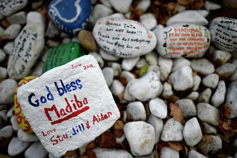 Камни со словами поддержки Нельсону Манделе в Йоханнесбурге