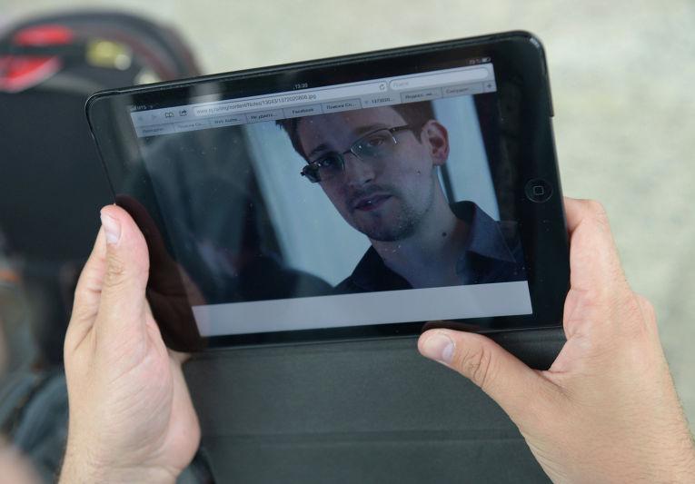 Журналист изучает фото бывшего сотрудника ЦРУ Эдварда Сноудена в аэропорту «Шереметьево»