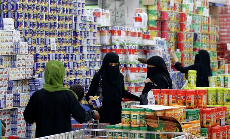 Жительницы Йемена совершают покупки в преддверии священного месяца Рамадан
