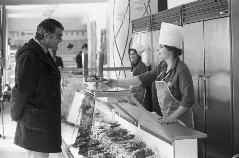 Покупатель в торговом зале фирменного магазина «Нептун»