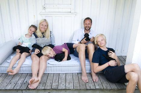 Семья кронпринца Норвегии Хокона и кронпринцессы Метте-Марит с щенками
