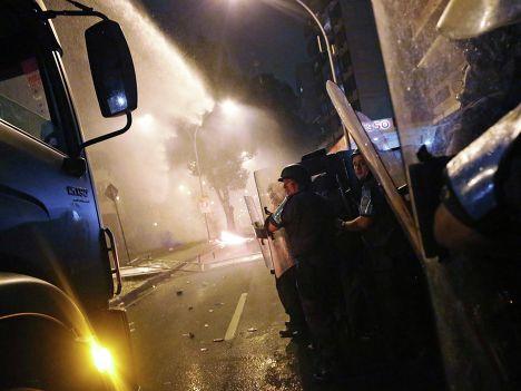 Полиция борется с демонстрантами в Рио-де-Жанейро