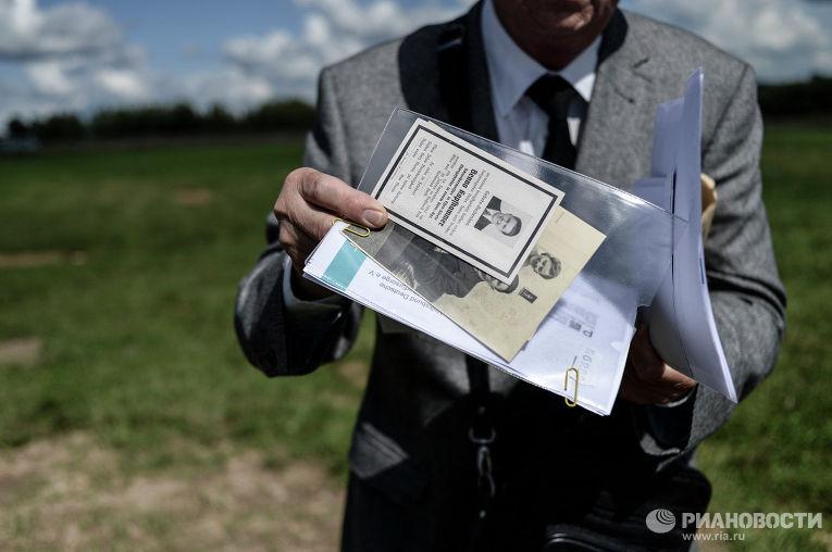 Родственник погибшего воина из Германии на кладбище для военнослужащих Вермахта
