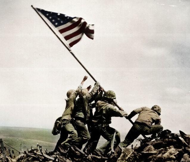 Американские морские пехотинцы поднимают флаг над Иводзимой