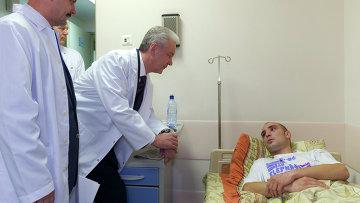 С.Собянин посетил в больнице пострадавшего полицейского