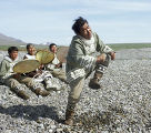 Житель поселка Новое Чаплино исполняет эскимосский танец