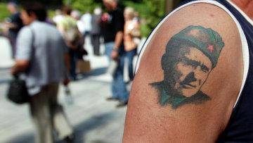 Мужчина с татуировкой, изображающей Иосипа Броз Тито