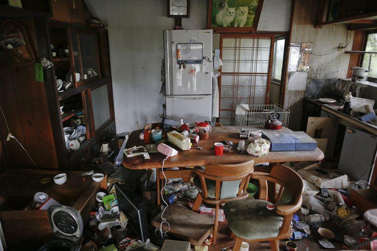 Пострадавший от землетрясения дом в эвакуированном городе Нами, префектура Фукусима