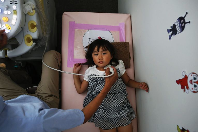 Четырехлетняя Мария Сакамото на обследовании тироидной системы в городе Иваки, префектура Фукусима
