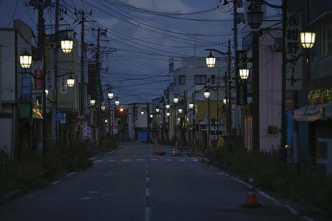 Фонари освещают улицу города Нами, префектура Фукусима, из которого были эвакуированы жители