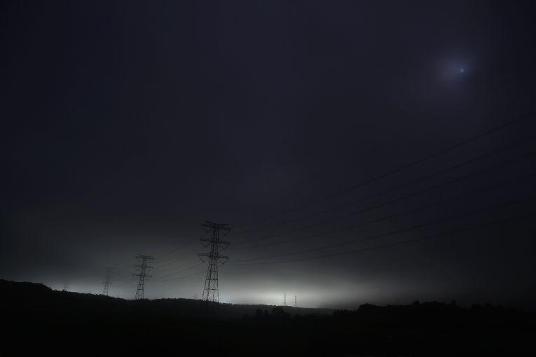Линии электропередачи, идущие от поврежденной цунами АЭС, рядом с городом Окума, префектура Фукусима