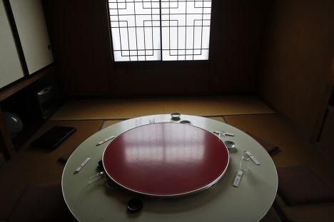 Стол в заброшенном ресторане в городе Нами, префектура Фукусима, из которого были эвакуированы жители