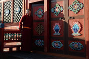 Монах у входа в Этигэлэ Хамбо Ламын ордон (дворец Хамбо Ламы Итигэлова), где хранится нетленное тело XII хамбо-ламы Даши-Доржо Итигэлова