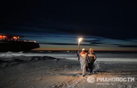 Доктор наук физической океанографии Йонсон Стейнгримур (Исландия) с факелом во время эстафеты Олимпийского огня на Северном полюсе
