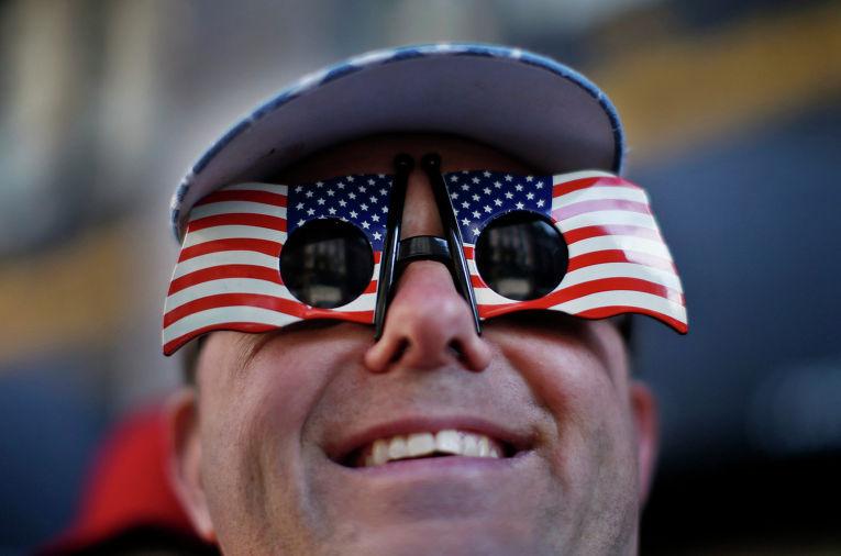 Дэвид Тернер в очках в виде флага США