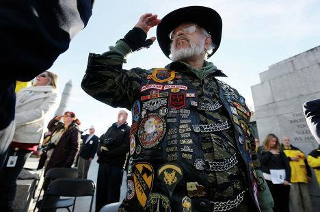 Ветеран вьетнамской войны Павел Войск чтит своих погибших товарищей во время Дня Ветеранов