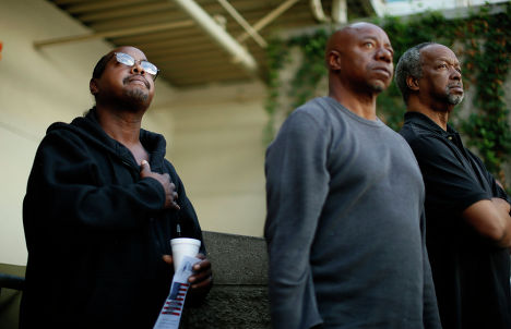 Ветераны наблюдают за поднятием американского флага во время Дня Ветеранов в Лос-Анджелесе, Калифорния, 11 ноября 2013 года