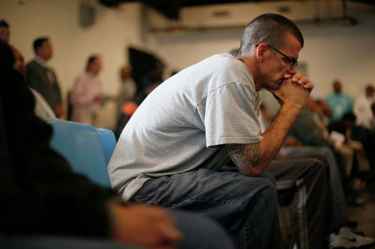 Военный ветеран слушает выступления во время Дня Ветеранов в Лос-Анджелесе