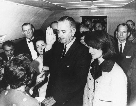 Линдон Джонсон дает присягу, вступая на должность президента после убийста Джона Кеннеди, и Жаклин Кеннеди