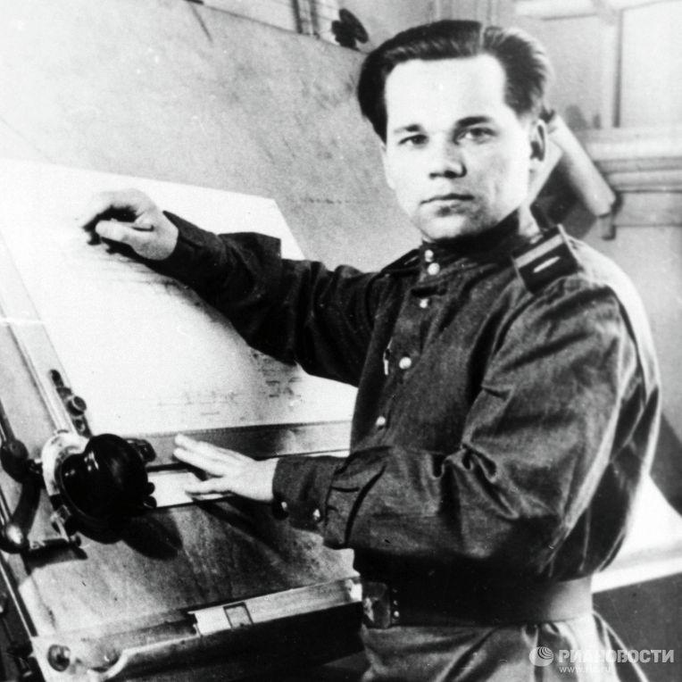 Старший сержант Михаил Калашников во время работы над проектом автомата АК-47