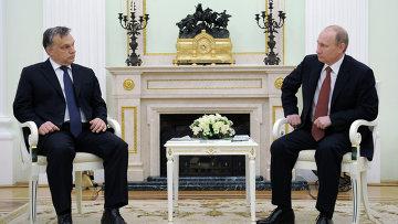 Президент РФ Владимир Путин (справа) во время встречи в Кремле с премьер-министром Венгрии Виктором Орбаном