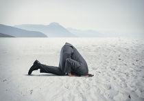 Человек прячет голову в песок