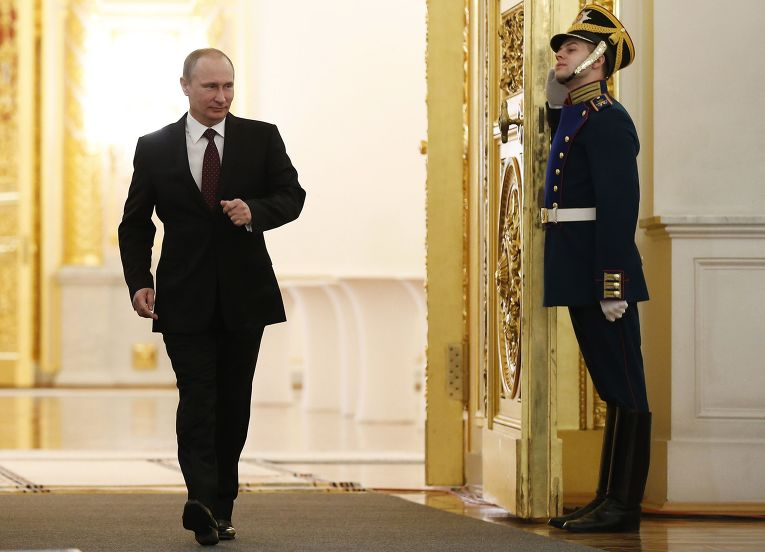 Владимир Путин входит в Георгиевский зал Кремля