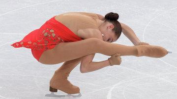 Аделина Сотникова (Россия) выступает в короткой программе женского одиночного катания на соревнованиях по фигурному катанию