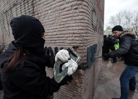 Активисты Майдана пытаются снести памятник чекистам в Киеве