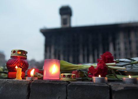 Цветы в память о погибших в столкновениях между сторонниками оппозиции и сотрудниками правоохранительных органов в Киеве, Украина