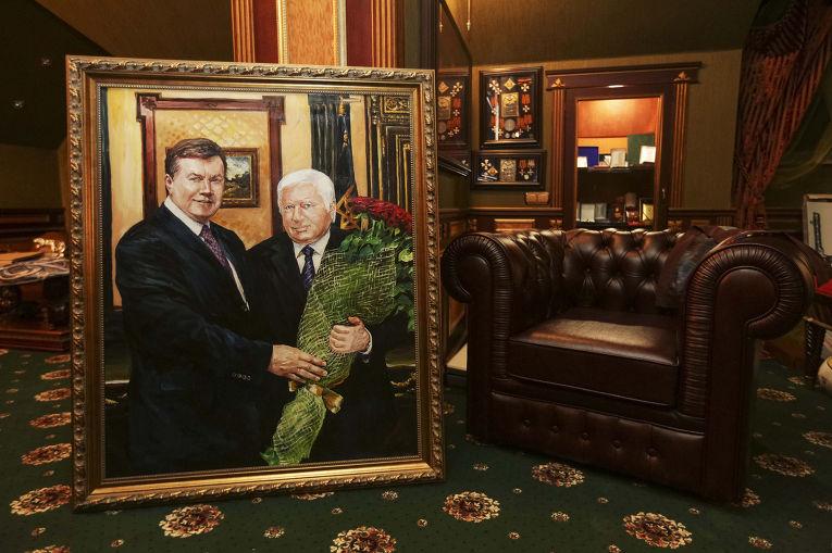 Портрет бывшего генпрокурора Украины Виктора Пшонки и Виктора Януковича в доме Виктора Пшонки