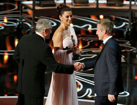 """Американский актёр, режиссёр и продюсер Роберт Де Ниро, испанская киноактриса Пенелопа Крус и американский кинорежиссёр Спайк Джонз на 86-й церемонии вручения премии """"Оскар"""""""
